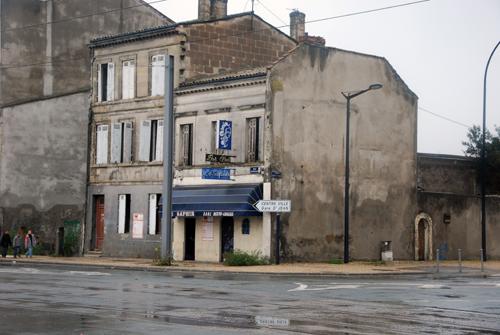 Ce bâtiment squatté sera démoli avant la mise en service du pont-levant à lautomne 2012. Photo M.C.