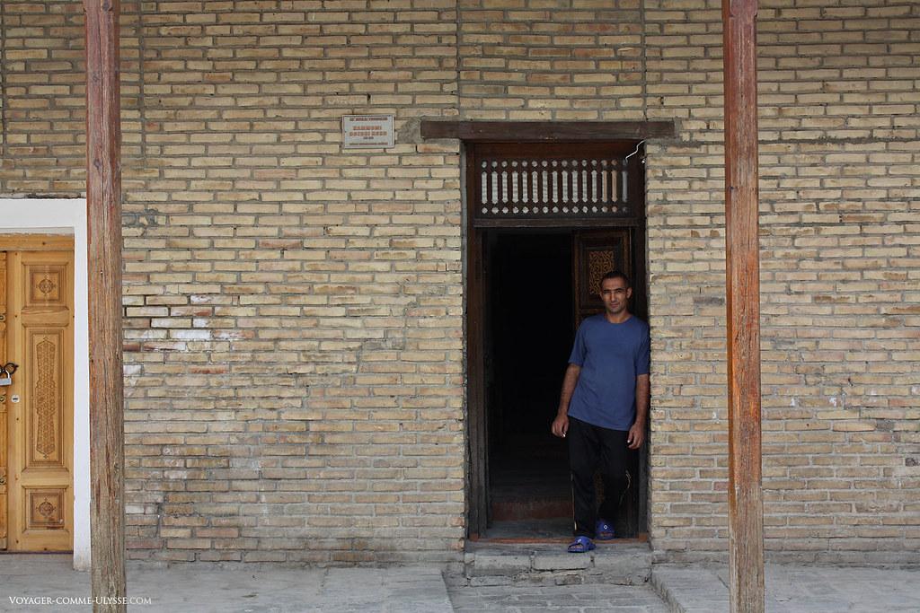 Le masseur prend la pose pour la photo à la porte de son hammam :)