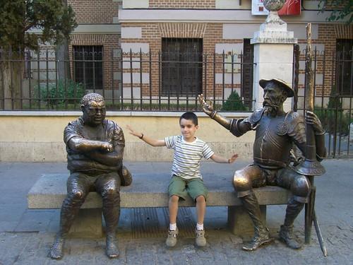 Aquí estic a Alcalá de Henares, entre el Quixot i Sancho Panza. El poble em va agradar molt perquè hi havia moltíssimes cigonyes.
