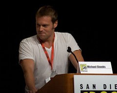 Michael Shanks tries to control the panel (ewen and donabel) Tags: comiccon michaelshanks burnnotice 7003000mm comiccon2009