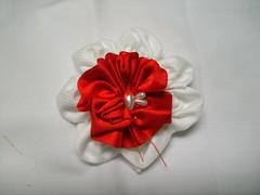 Branco e vermelho (MorenArteirA) Tags: broche flor fuxico quadrada oncinha malha malhinha