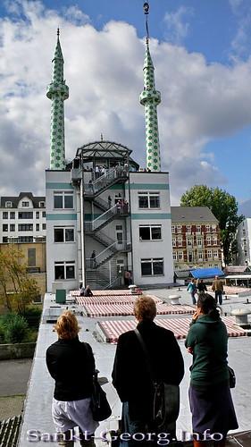 Grün-weiße Minarette auf der Centrum-Moschee in Hamburg St. Georg