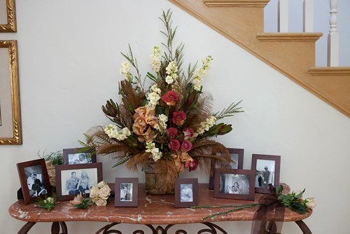 Sign in table flower arrangement with feathers
