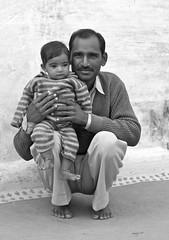 Jamais sans mon fils (semaryp) Tags: family famille india green smile eyes village desert sister brother father son vert yeux sourire soeur thar rajasthan inde frre fils dsert pre semaryp bilkaner