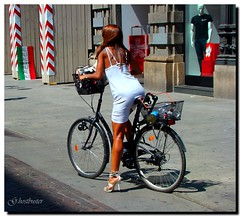 Perfect look to have a bycicle city trip (G.hostbuster) Tags: woman milan fashion donna milano shops bycicle bicicletta ghostbuster viadante vetrine theperfectphotographer gigi49 sottoilcielodimilano