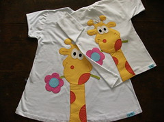 girafas aplicadas nas costas (by Pathy) Tags: colors quilt tshirts patchwork bordados algodo appliqu aplicao botes customizada customizao patchcolagem bordadosamo aplicaodetecido camisetascomaplicao tecidosestampados aplicaoemcamisetas customizaodebatinhas camisetascomaplicaes babylookscomaplicaes customizaodecamisetas camisetascustomisadas batinhascustomisadas bypathy blusinhacustomizadadegirafa customizaoemblusas