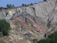 vene di ossidi di manganese di colre rosso violaceo sul crinale argilloso a wsw di monte simoncello