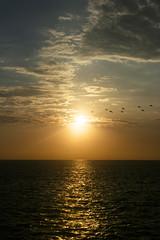 Hacia el sol (Ronald Castillo) Tags: sunset sea sun sol ronald atardecer mar cielo nubes ronaldcastillo