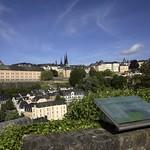 Luxembourg: panorama sur ville-forteresse et vieille ville depuis le plateau du Rham