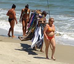 Mulheres possíveis (Jakza) Tags: praia férias mulheres mar vendedor ambulante peopleenjoyingnature frenteafrente