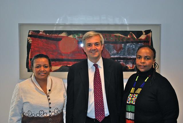 Die Ministerinnen Maite Nkoana-Mashabane (Außen) und Edna Molewa (Umwelt), hier mit Chris Huhne (britischer Klimaminister). Photo von flickr-user DECCukgov