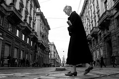 (Donato Buccella / sibemolle) Tags: street blackandwhite bw italy woman blur milan candid milano streetphotography castello lowangle canon400d sibemolle fotografiastradale