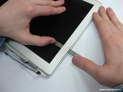 Продолжаем отсоединять Front Bezel MacBook Air