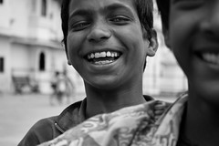 Nios jugando (Udaipur, India) (StudioKrrusel) Tags: poverty street portrait people blackandwhite bw india blancoynegro smile canon children calle gente retrato nios sonrisa udaipur pobreza untouchable risas intocable 400d