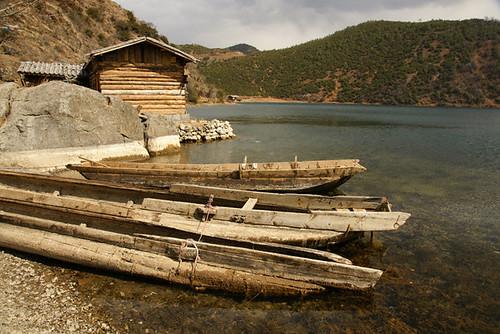 ทะเลสาปลู่กูยามเช้าในยูนนานและเรือหาปลาของชาวบ้าน