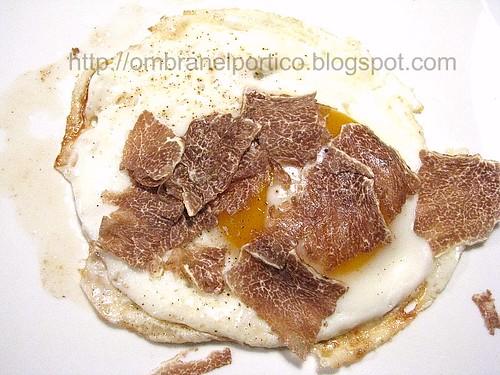 Uovo al tegamino e tartufo bianco