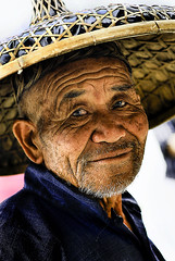 old cormorant fisherman (jobarracuda) Tags: china hat fisherman guilin yangshuo chinese oldman  lolo cormorantfisherman mangingisda oldmansmile jobarracuda oldchinese traditionalhat nativehat jojopensica tsina fotocompetition fotocompetitionbronze fotocompetitionsilver fotocompetitiongold