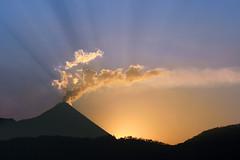 Amanecer (Ronald Castillo) Tags: ronald guatemala amanecer silueta pacaya volcn resplandor superaplus aplusphoto ronaldcastillo