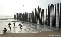 worldwidephotowalk 09 (Tomasescalante) Tags: california méxico canon mar rojo border playa niños mercado baja tijuana linea piñata