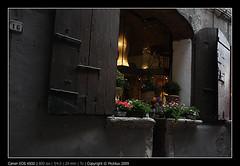 Vicoli'09 (FlikTux) Tags: street italia ombra marroni finestra fiori spoleto roccia strade luce vicoli scuri stradine