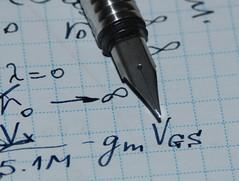 Вид пера и пример письма. Толщина пера хорошо видна по тени.