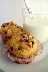 Muffins alla ricotta, fragole e cocco con gocce di cioccolato