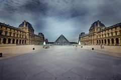 The natural symmetrical Louvre (Guido Musch) Tags: longexposure paris nikon louvre symmetry explore piramide sigma1020 d40 notegypt bwnd110 guidomusch