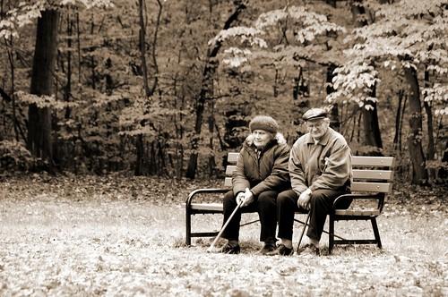 フリー画像| 人物写真| 一般ポートレイト| 恋人/カップル| 老人/お年寄り| ベンチ| モノクロ写真|     フリー素材|