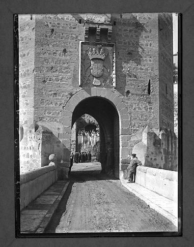 Puente de Alcántara el día de la visita de Raymond Poincaré y Alfonso XIII a Toledo en 1913. Fotografía de Charles Chusseau-Flaviens. Copyright © George Eastman House, Rochester, NY