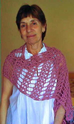 Mi mami con su chal nuevo