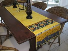 Trilho mesa amarelo com franja em pedrarias. (brancaarte) Tags: patchwork mesa caminho trilho pedraria