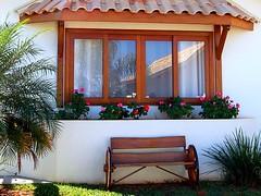 Um Dia de Domingo (Brianna Oliva) Tags: banco janela alegre domingo reflexos avaré chalé romantismo