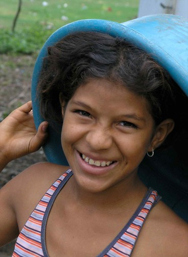 Muchacha con tina - girl with bucket; Puerto Díaz, Chontales, Nicaragua