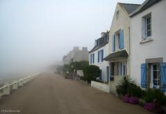 Île de Batz: Morning fog on the Rue Albert de Mun (Henk Binnendijk) Tags: france fog brittany bretagne breizh 2009 bourg îledebatz ponant