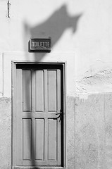 The answer is blowing in the wind (Christian DF) Tags: door shadow bw white dylan blanco grey gris puerta flag toilette sombra bn wc morocco sp bobdylan maroc bandera marruecos bao essaouira servicio cdf suenyospolares sueospolares christiandf answerisblowinginthewind wwwchristiandfes christiandfes christiandominguez