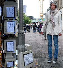 100 strangers project, picture 49 of 100 (Just a guy who likes to take pictures) Tags: street autumn portrait people woman color colour fall girl female scarf project computer germany bag deutschland europa europe colorphotography strangers hannover sneakers jeans alemania 100 frau portret screens duitsland mantel kleur mutze colourphotography beeldscherm bildschrim 100strangers kleurenfotografie