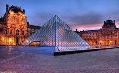pyamide du louvre (romvi) Tags: pink blue paris france reflection art monument water rose museum architecture clouds sunrise de soleil nikon eau europe pyramid louvre muse le hour villa napoleon bluehour capitale nuages pyramide reflets romain dri lelouvre heure bleue cour pavs levdesoleil lev d90 cournapoleon romainvilla romvi
