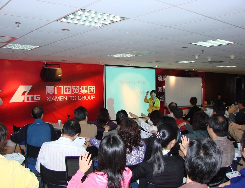 20091114-領導們熱烈地和吳老師互動,大家在輕鬆愉快中學習成長