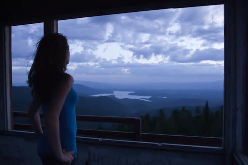 [フリー画像] 人物, 女性, 窓辺, ブルー, 201106101500