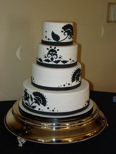 black and white wedding cake por sweetcakesbyrebecca.
