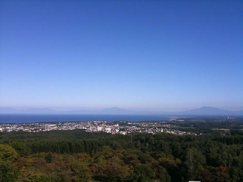 網走天都山なう。知床連山もしっかり見える。でも、風がきつくて寒い。