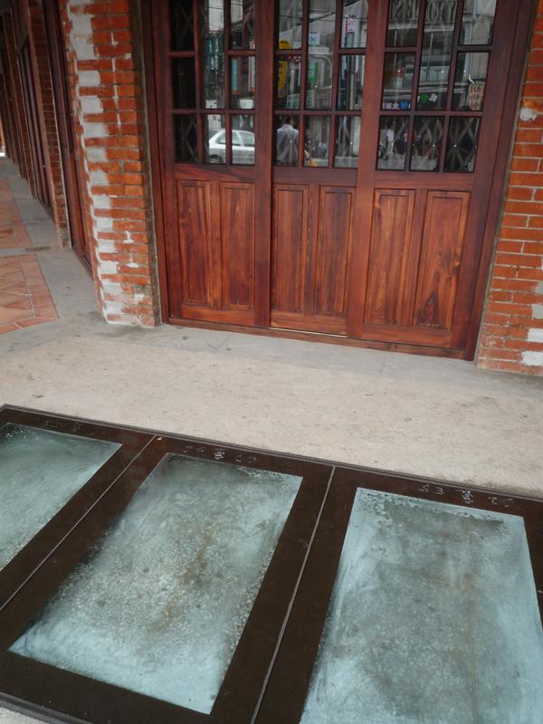透過玻璃可以看到原來的磨石子地板