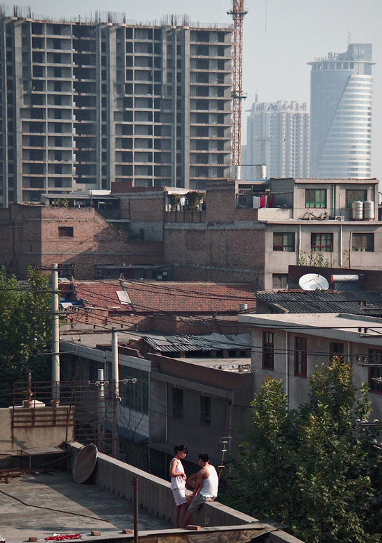 西安乐居场棚户区的下午,阳台上的一对情人