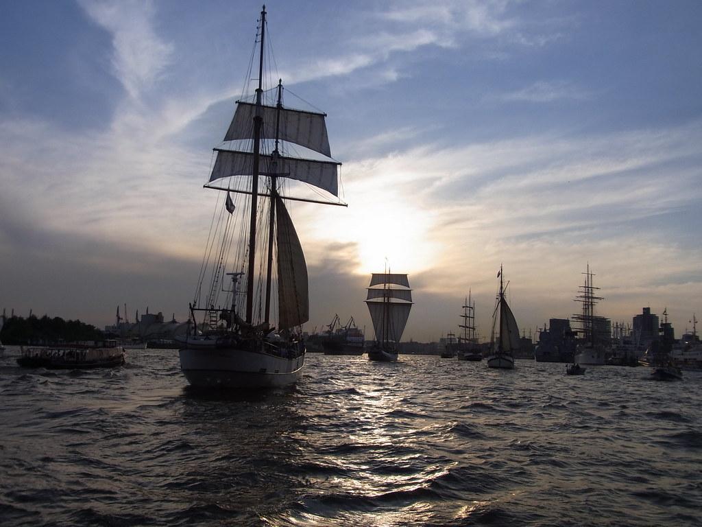 Hamburg Mit vollen Segeln in den Sonnenuntergang