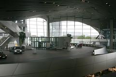 Abholbereich mit Glasfahrstühlen