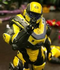 Parts falling off right out of the box. (Weapon_X_Wolverine) Tags: brokentoys mcfarlanetoys mcfarlane yellowversion athlon spartanathlon spartan halo5 halo
