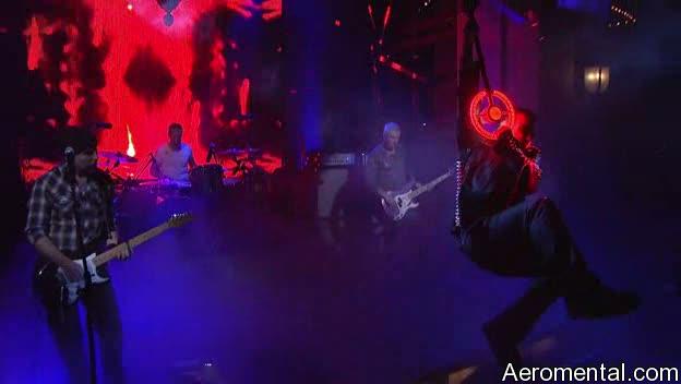 Bono se cuelga del micrófono