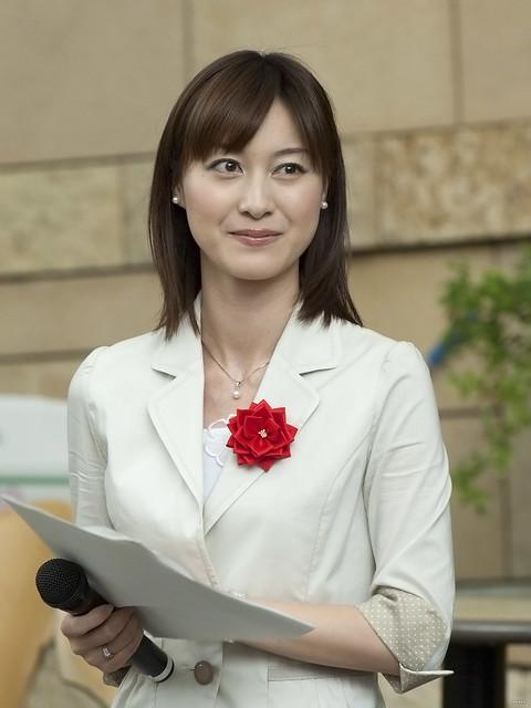 白いスーツの小川彩佳