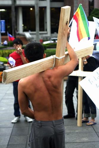 10月24日下午,「All My GAY」工作小組背著十字架前往自由廣場,用實際行動回應當天由教會團體主辦的反同志遊行。(攝影:張心華)
