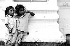 [フリー画像] [人物写真] [子供ポートレイト] [外国の子供] [少女/女の子] [少年/男の子] [兄弟/姉妹] [モノクロ写真] [インド人]   [フリー素材]